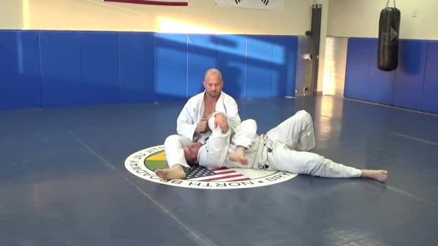Finishing arm bar from mount